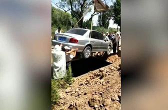 Çin'de bir adam vasiyeti üzerine arabasıyla gömüldü