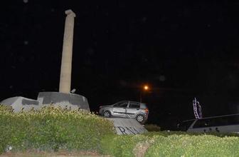 İzmir'de ilginç kaza! Araç anıta çıktı