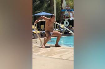 Havuz başında tüm hünerlerini sergileyen sarhoş adam
