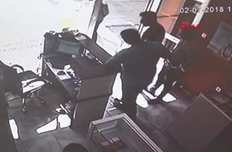 Korku dolu anlar! İş yeri sahibini sopalarla dövdüler