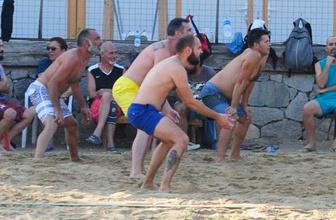 Memati'nin plaj voleybolu keyfi!
