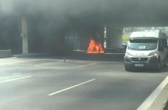 Kadıköy D-100'de araç yangını! Trafik durdu...