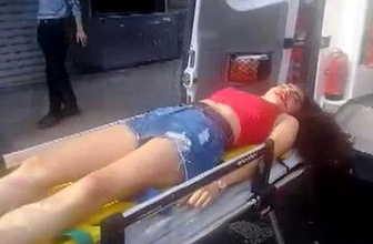 Beyoğlu'nda yolun karşına geçmek isteyen kadına otomobil böyle çarptı