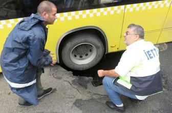 Yol çöktü İETT otobüsünün tekeri çukura düştü