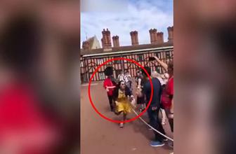İngiliz Kraliyet Muhafızı, Çinli kadını böyle itti