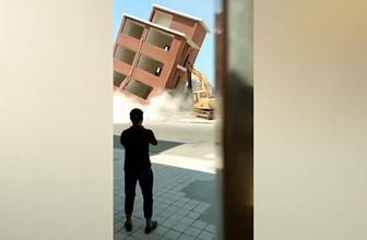 Korkunç kaza! Plansız yıkılan bina iş makinesini böyle ezdi