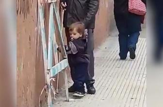 Gözleri görmeyen babasına kılavuzluk eden küçük kahraman