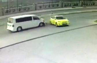 Akaryakıt almak için manevra yapan taksiye minibüs çarptı