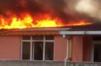 Bağcılar'da korkutan yangın: çatı katı alev alev yandı