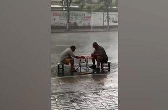Sosyal medya bu görüntüyü konuşuyor! Şiddetli yağmura aldırmadan...