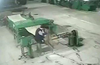 Vücudunu makineye kaptıran işçi, feci şekilde can verdi!