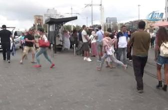 Taksim Meydanı'nda kızların omuz atma kavgası böyle görüntülendi!