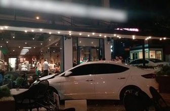 Otomobil kafeye daldı: Yaralılar var!