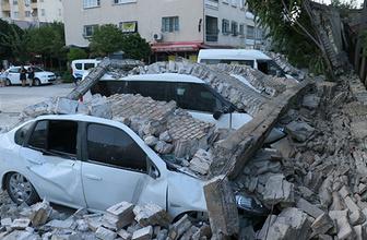 Çöken fabrika duvarı 8 otomobili hurdaya çevirdi!