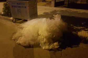 Düğün gecesi inanılmaz olay: Gelinliği çöpe attılar!