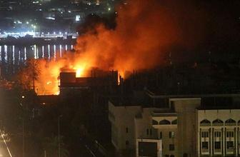 Basra'da göstericiler siyasi parti ve kamu binalarını ateşe verdi!