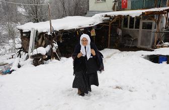 85 yaşındaki Şahizar nine kar kış demeden her gün okula gidiyor