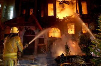 Fatih'te 3 bina alev alev yandı