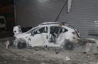 Adana'da feci kaza! Hurdaya dönen araçta 2 kişi vardı