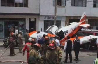 Peru'da uçak caddeye indi! Yaralılar var