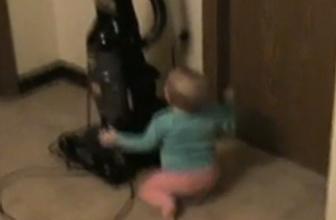Korkan bebek öyle bir kaçtı ki (video)