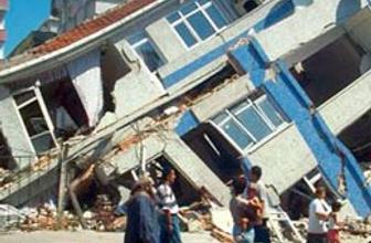 Simav'daki ağır hasarlı bina yıkıldı