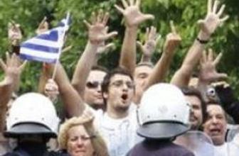 Yunan eylemciler polisle karşı karşıya