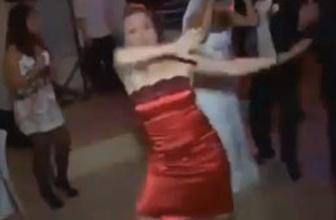 Düğünde kayışı koparan kadın