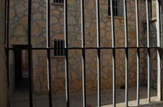 Çocuk mahkumlar yatakhaneyi ateşe verdi