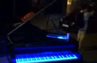 Piyanosunu ortada bırakıp kaçtı