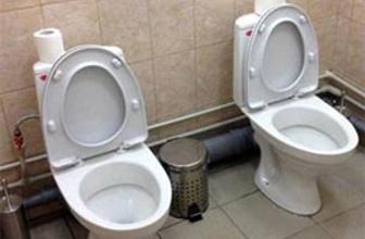 Erkek tuvaletinde çift klozet krizi!