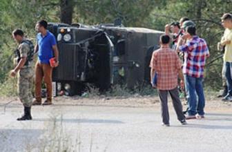 Askerleri taşıyan zırhlı araç devrildi