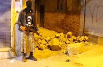 Etekli PKK'lı gençler Diyarbakır'da hendek kazdı