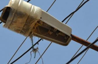 Kırılan sokak lambalarına bidonlu çözüm