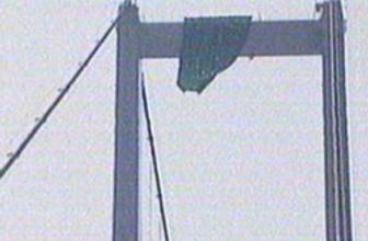 Köprüye izinsiz pankart astı