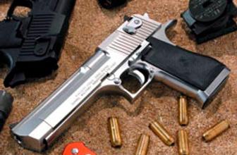 Okulda tabancayla yakalandı