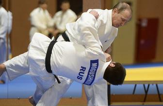 Rus lider Putin'in judo için mindere çıktı yaralandı