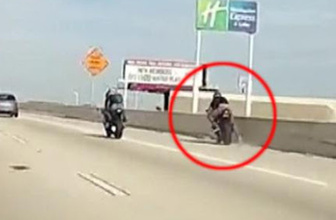 Bariyere çarpan motosiklet sürücüsü köprüden aşağı düştü