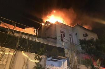Fatih'te korku dolu anlar! 3 katlı binanın çatısı alev alev yandı