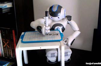 Çin, ödevlerini robota yaptıran öğrenciyi tartışıyor!
