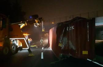 TIR üst geçide çarptı, konteyner yola devrildi