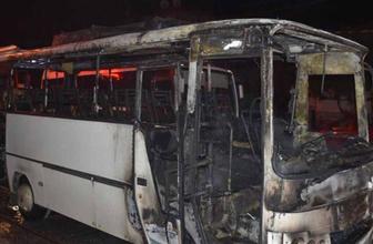 İzmir'de seyir halindeki servis minibüsü alev alev yandı.