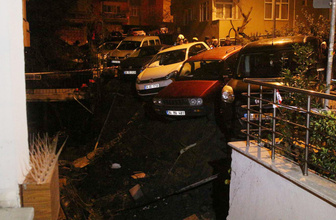 Beşiktaş'ta duvar çöktü araçlar askıda kaldı