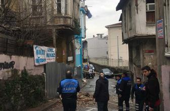 Balat'ta üç katlı binada çökme paniği! Sokak giriş çıkışlara kapatıldı