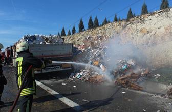 Kocaeli'de alev alev yanan kağıt yüklü TIR, TEM'i trafiğe kapattı