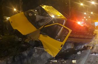 İzmir'de alkollü sürücü refüje daldı