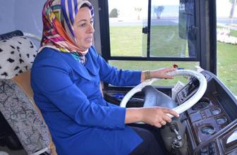 Kadın belediye başkan adayı kendi seçim aracını kendi kullanıyor
