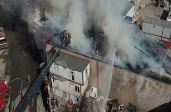Ataşehir'de mobilya imalathanesinin çatısında yangın