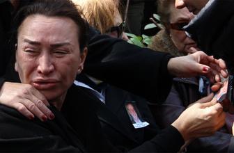 Demet Akbağ eşi Zafer Çika'nın cenazesinde ağlayarak Ata Demirer'in eline sarıldı