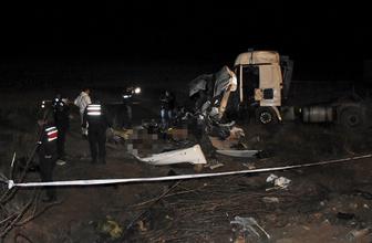 Kırşehir'de otomobille TIR çarpıştı: 3 ölü, 3 yaralı